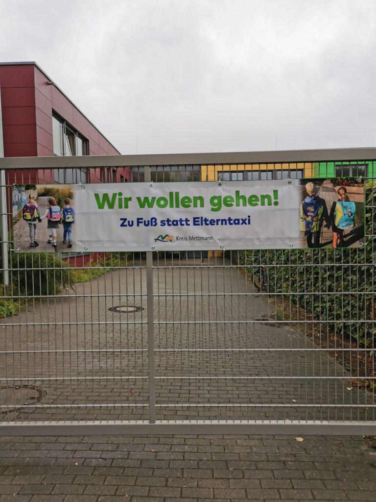 Wir wollen gehen! - Zu Fuß statt Elterntaxi Plakat vor der ALS-Ratingen